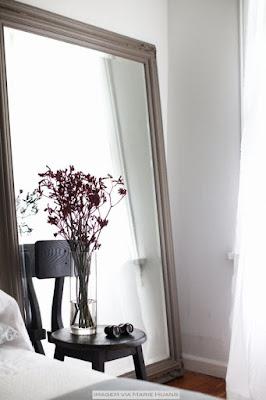 espelho apoiado na parede