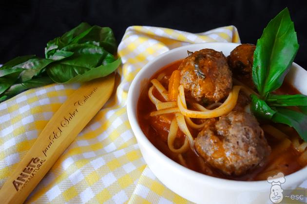 Sopa de albóndigas con pasta y caldo de pollo aneto