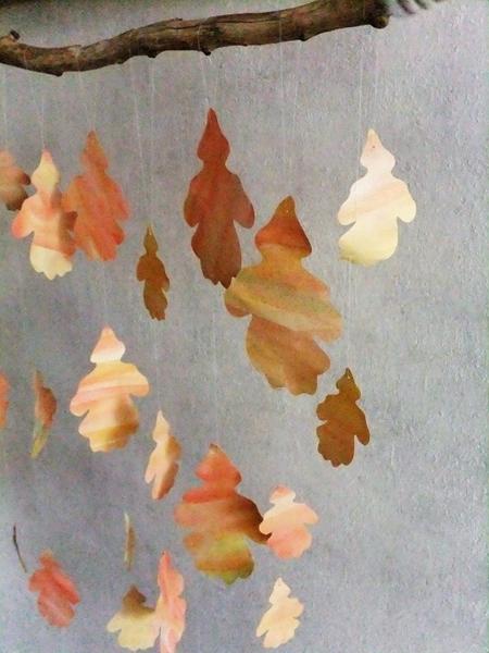 Herbstmobile aus Papierblättern und Ästen