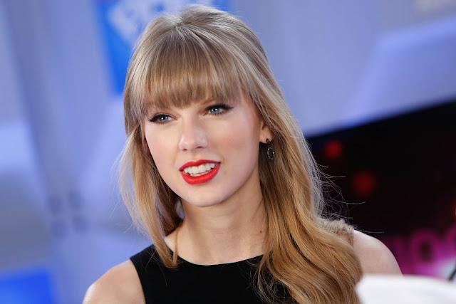 Taylor Swift canta y se cae en un comercial para Apple Music.