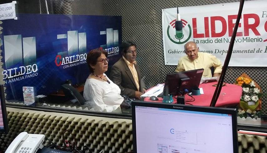 Pando entrevistando a Patzi y Ramos en los estudios de la emisora en El Alto en 2017 / RADIO LÍDER