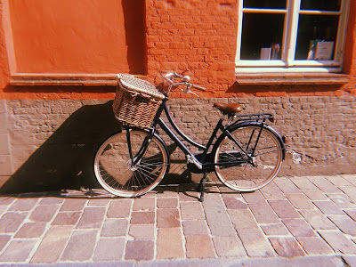 vintage bike with basket in bruges
