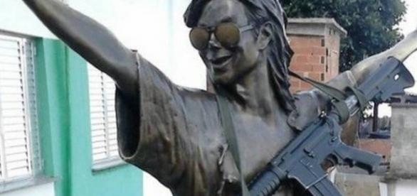 Viralizou: Foto da estátua de Michael Jackson com fuzil