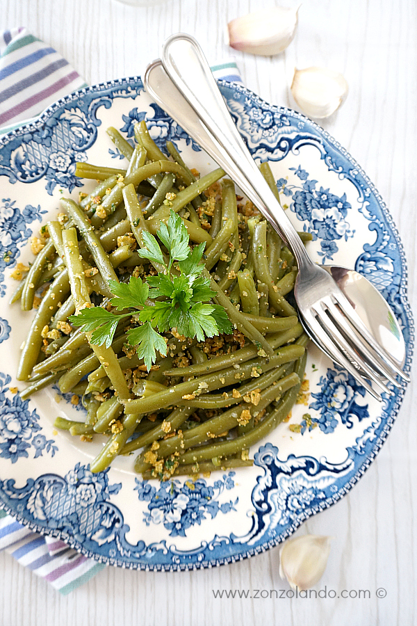 Ricetta per contorno verdure con fagiolini all'aglio croccanti briciole - garlic green beans with crispy corn chip crumbs recipe