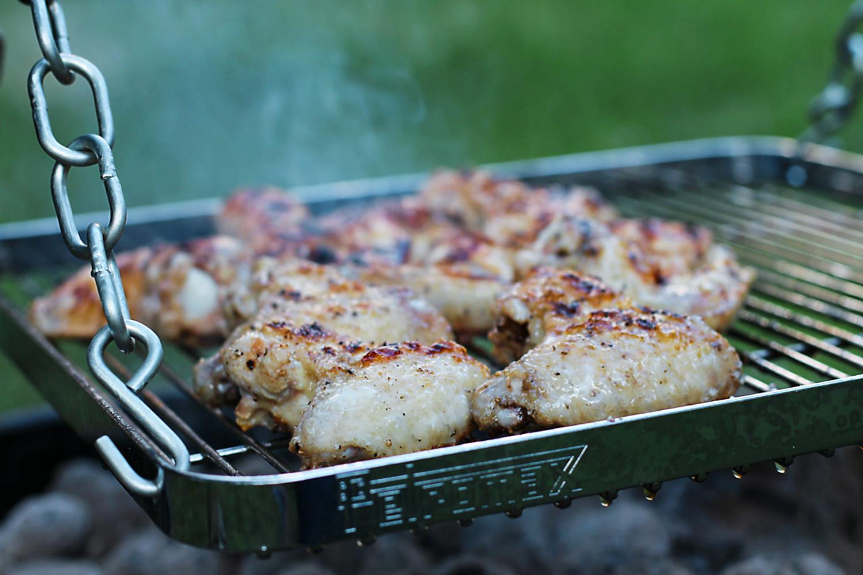 Chicken Wings auf dem Grill der Petromax Feuerbrücke | Arthurs Tochter kocht. Der Blog für Food, Wine, Travel & Love