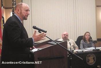 Regidor presionado por ateos para dejar de orar