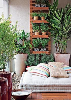 Cantinho zen em varanda com futon e jardim vertical