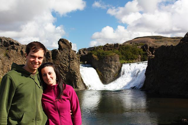 Nosotros frente a la cascada Hjálparfoss en Islandia