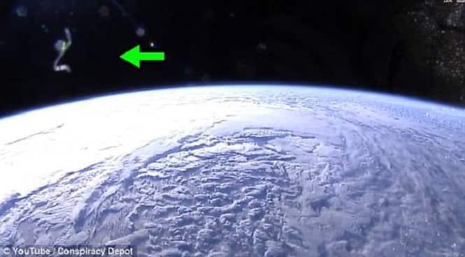 Είναι Εκεί, Μας Παρακολουθούν, σαν Μία Ανατριχιαστική Προειδοποίηση Δίπλα από τον Διαστημικό Σταθμό (video)