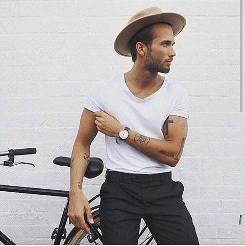Look Masculino Camiseta por Dentro da Calça e Chapéu Fedora Marrom Masculino
