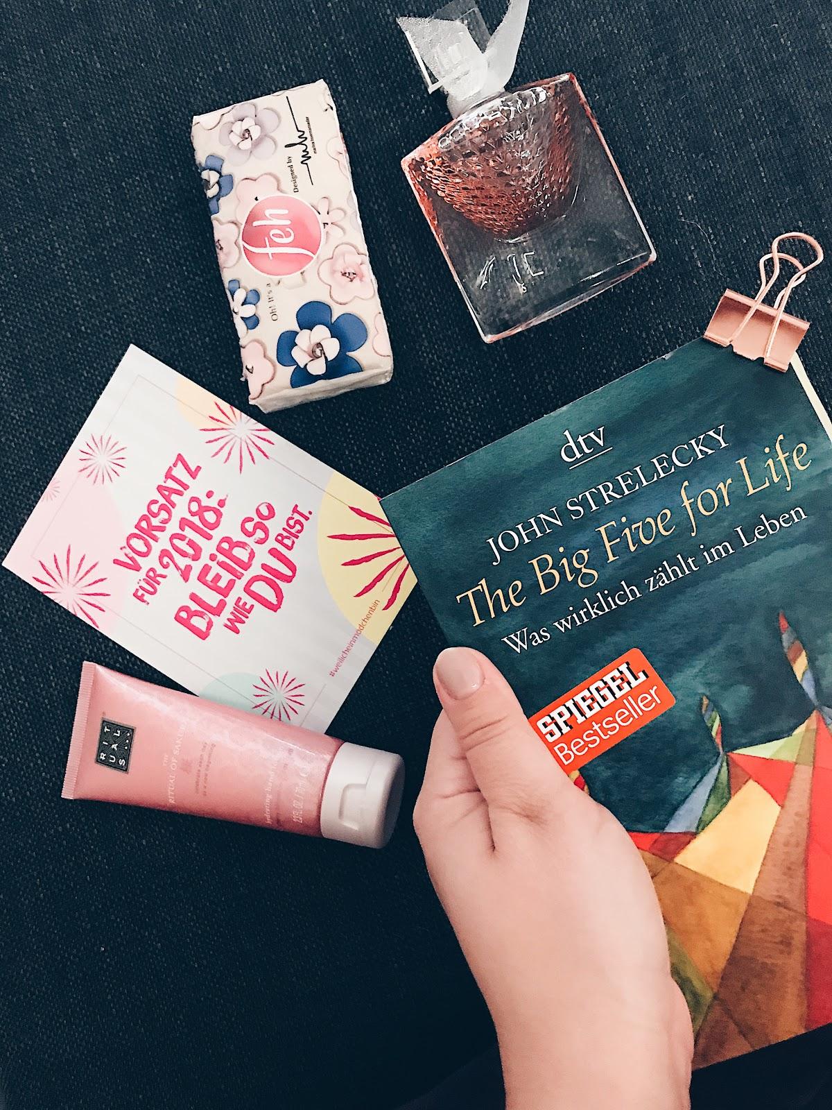 The Big Five for Life von John Strelecky ist einfach ein lebensveränderndes Buch sowohl für jeden Menschen als auch für Führungskräfte. Man lernt, was wichtig ist im Leben, wie man ein erfülltest Leben haben kann und welchen Zweck der Existenz man hat. Wie mich das Buch beeinflusst hat erfährt ihr ab sofort auf www.moreaboutdanie.at