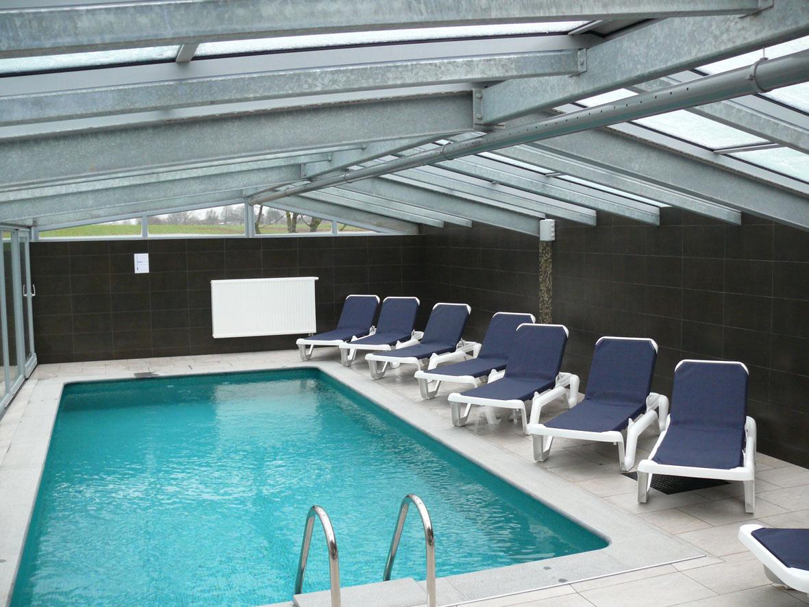 la ligule un peu de mobilier sur la plage de la piscine. Black Bedroom Furniture Sets. Home Design Ideas