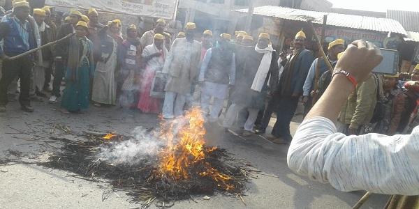 Public-power-sangathan-ke-karykartao-ne-bhrastachaaar-ke-daanav-ka-jalaaya-putlaa