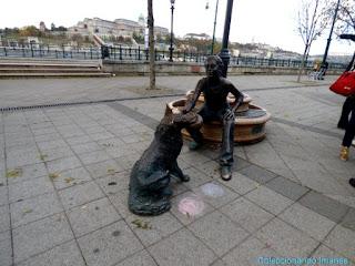 Escultura de perro jugando Budapest