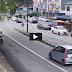 Perhatikan Tingkah Janggal Pria Pengendara Motor Ini Sebelum Kecelakaan Mengerikan Terjadi!
