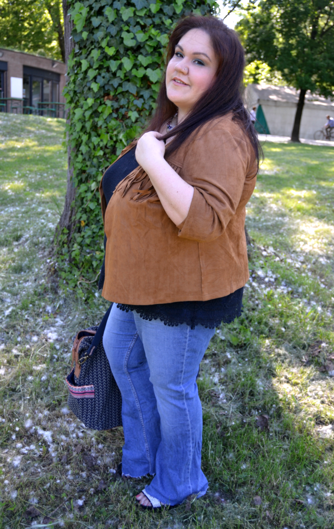 outfit plus size in stile anni '70 con giacca a frange navabi e jeans a zampa