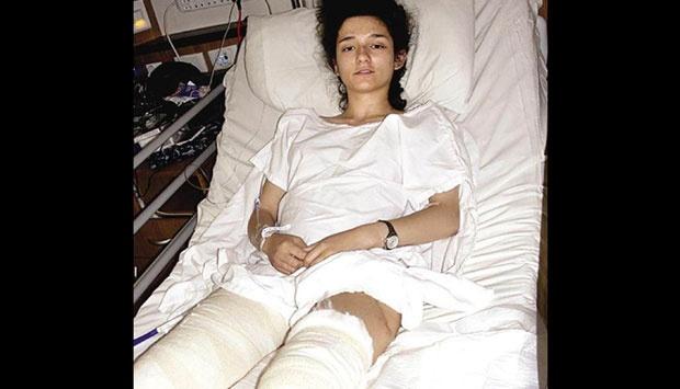 Gadis ini terpaksa dilarikan ke rumah sakit , ditemukan remote tv patah di kemaluannya. Netizen : Kok Bisa?