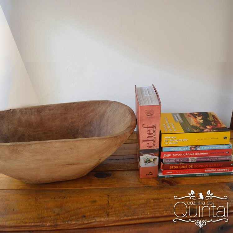 Gamela de madeira, lembrança do meu pai. E meus livros favoritos.