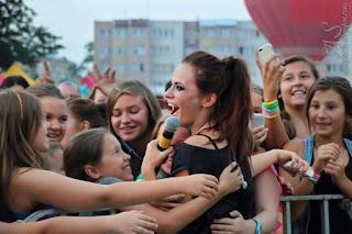Koncert Natalii Szroeder, Natalia Szroeder z fanami, przytula się do fanów, schodzi do fanów na koncercie 2