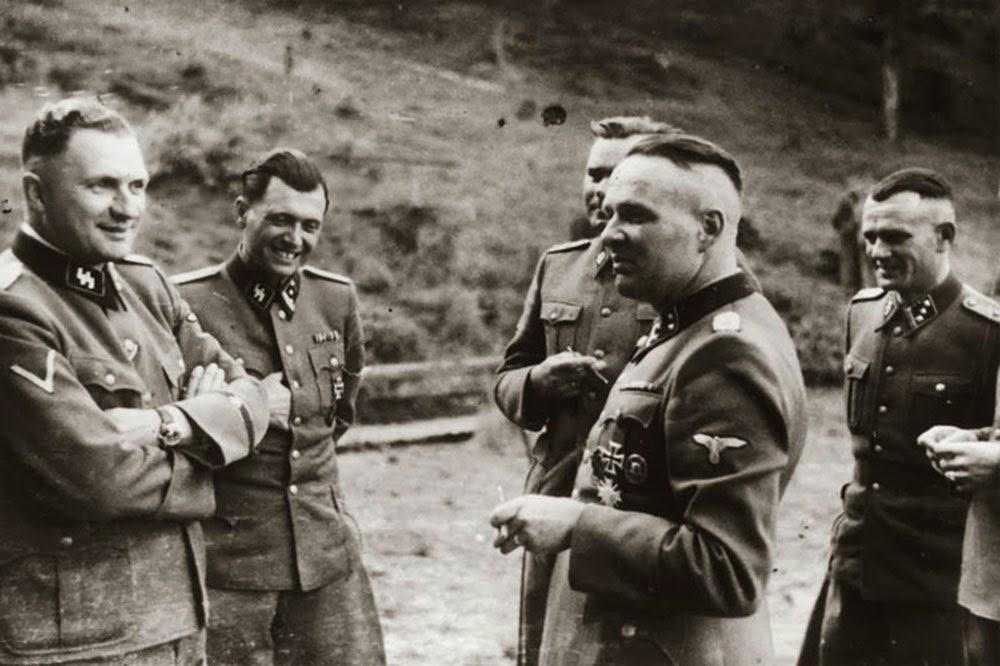 Tomando un descanso. La segunda persona es el notorio doctor del campo de concentración Josef Mengele (El ángel de la muerte).