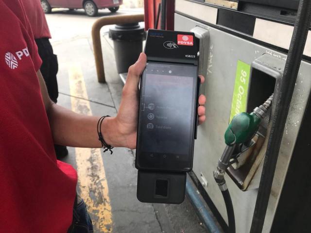 Llegan a gasolineras de Caracas lectores del Carnet de Maduro… y con ellos el posible nuevo precio del litro
