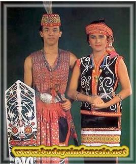 pakaian adat tradisional perang dari kalimantan barat