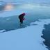 Διέσχισε παγωμένη λίμνη χρησιμοποιώντας… πριόνι (Βίντεο)