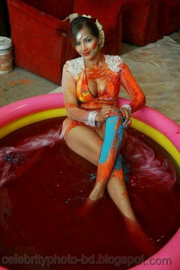 Sexy Indian Model Tanisha Singh Hot Boobs And Holi Celebration Still Photos In Bra And Short Pant