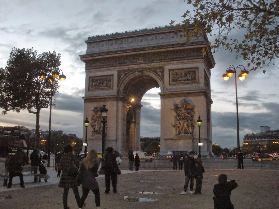 Arco del Triunfo, París. A 2km de la Plaza de La Concordia.