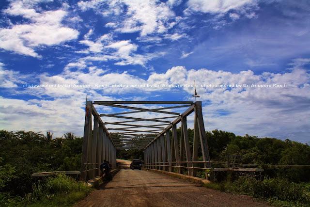 Jembatan besi yang panjang bisa menjadi spot memotret.