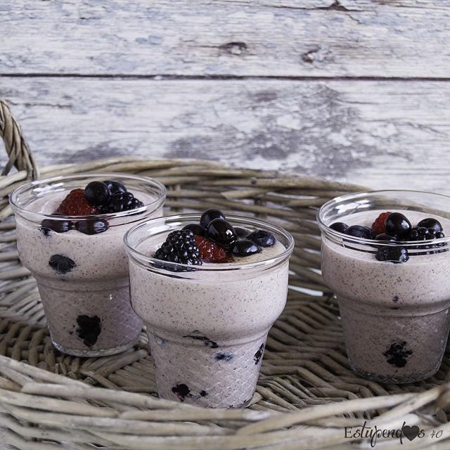yogur-de-coco-con-bayas-y-sirope