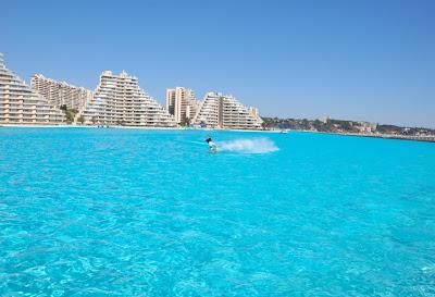 Homem praticando esqui aquático na piscina