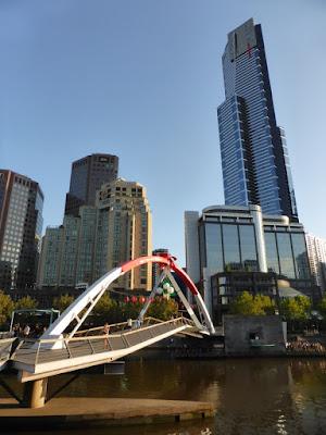 Evan Walker Bridge con rascacielos del SouthBank al fondo