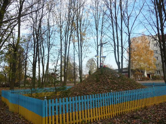 Гніздичів. Символічна козацька могила