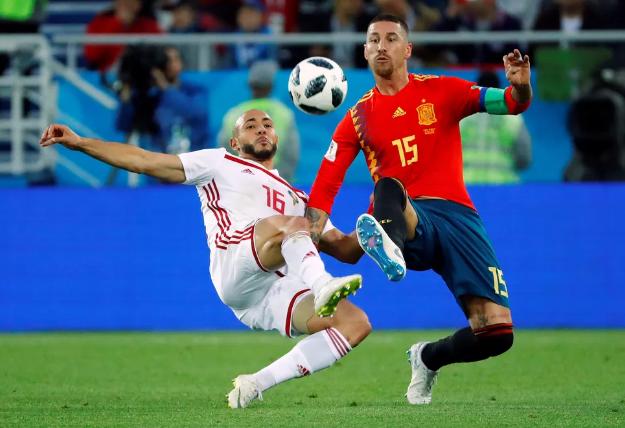Espanha joga pro gasto e fica com primeiro lugar do grupo