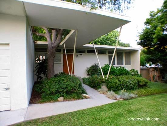 Arquitectura de casas jardines modernos mid century en for Casa moderna jardines