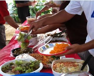 salade au riz et vermicelles, complète, aux crevettes, thon et légumes en sauce mayonnaise