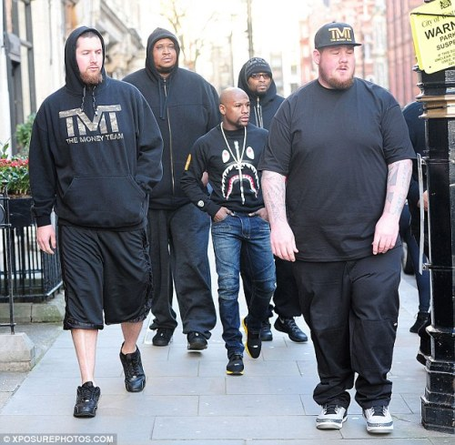 SEE Funny Photos Of Floyd Mayweather & His Bodyguards