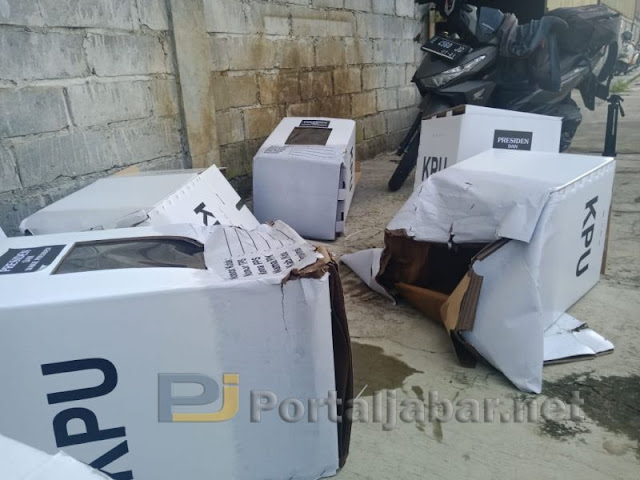 Ratusan Kotak Suara Kardus Dijemur Setelah Terendam Air di Cirebon