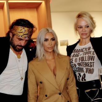 kim kardashian lancia il vestito blazer, ma un attimo, quella è pamela anderson?