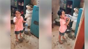 Bocah Ini Ketauan Minum Air dari Kulkas Saat Puasa, Ketika Diinterogasi Jawabnya Bikin Melongo