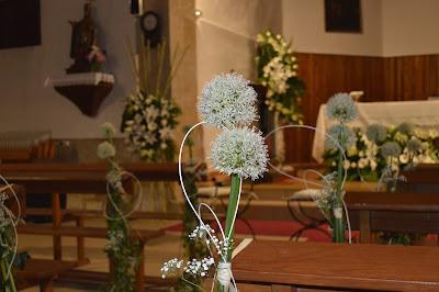 Flores para los bancos de la Iglesia en una boda