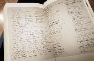 unterschriften im Buch