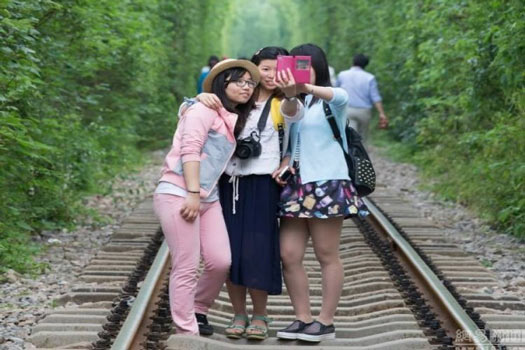 Sepasang Remaja Nekat Hentikan Kereta
