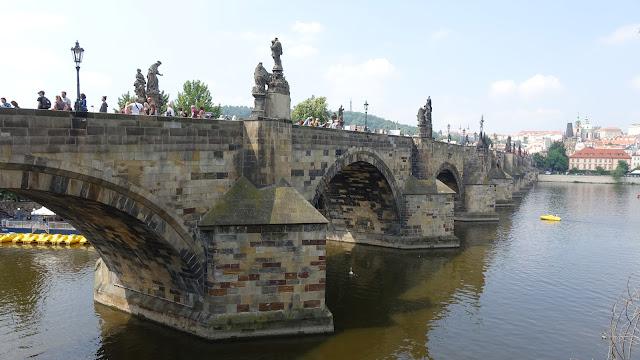在老城橋塔這一頭,滿是觀光客,要搶位置才能往城堡區的方向拍照......