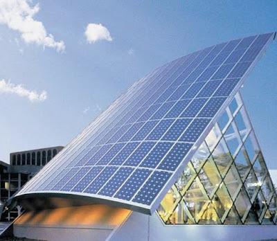 Panel solar en el techo de un edificio como fuente energètica