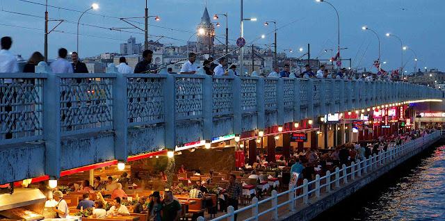 Dois níveis da Ponte Gálata em Istambul na Turquia