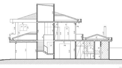 A seção longitudinal do projeto mostra a ocorrência das calhas de coleta de águas pluviais contornando os segmentos da cobertura nos dois pavimentos.