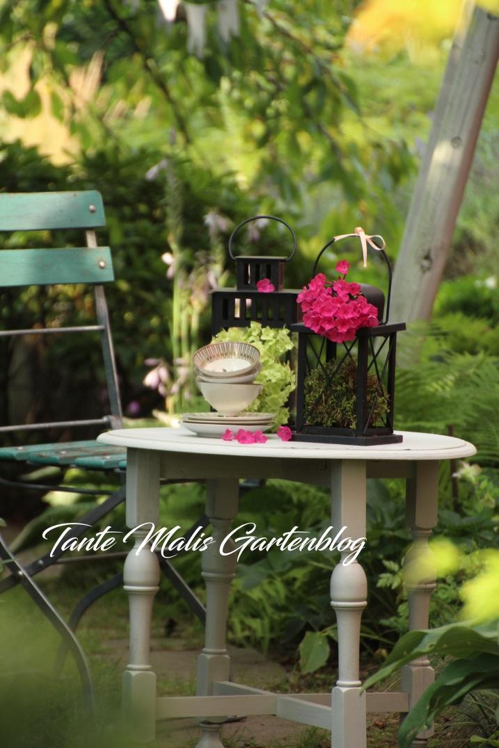 Romantischer Kaffeetisch im Garten