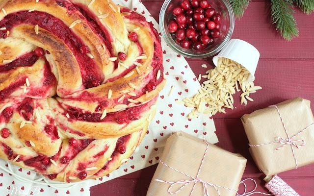 Herrliche Weihnachtsbäckerei: Cranberry-Hefekranz